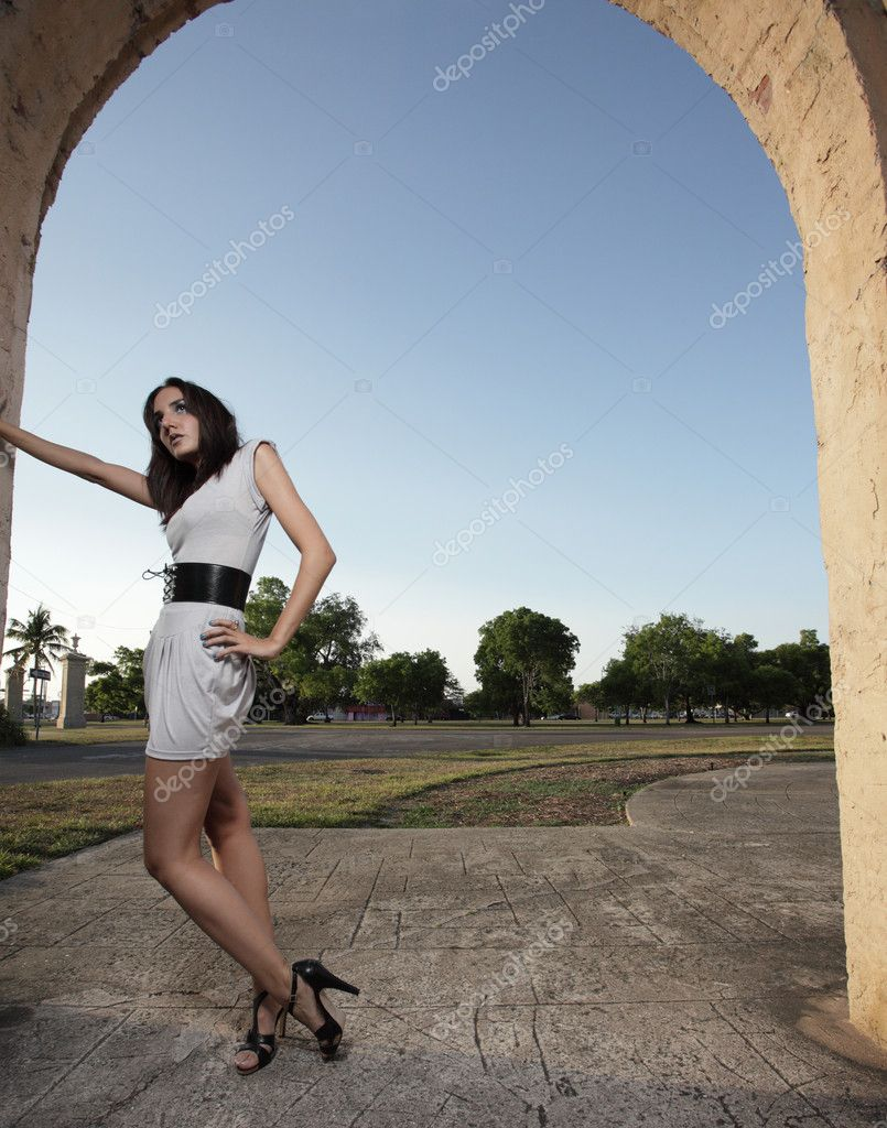 Woman posing by the wall — Stock Photo #2586498