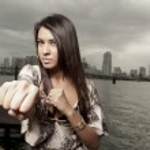 kvinnan som kastar en punch — Stockfoto