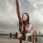 kvinna att nå uppåt — Stockfoto