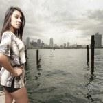 ung kvinna som tittar över axeln — Stockfoto