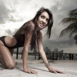 sexig kvinna kryper i en bikini — Stockfoto