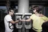 Coppia passa il telefono a vicenda — Foto Stock