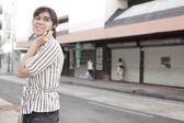 Mujer hablando por su teléfono en la ciudad — Foto de Stock