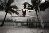 Femme effectuant une scission dans les airs — Photo
