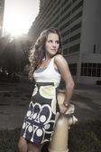 žena představuje požární hydrant — Stock fotografie