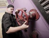 Hombre girando la válvula — Foto de Stock
