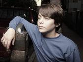 Chłopiec pozowanie przez parkometru — Zdjęcie stockowe