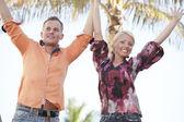 Casal com braços estendidos — Foto Stock