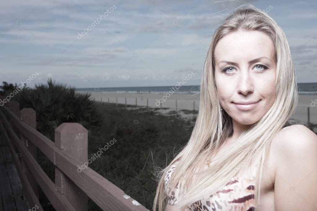Headshot of a young blond woman smiling — Stock Photo #2595537