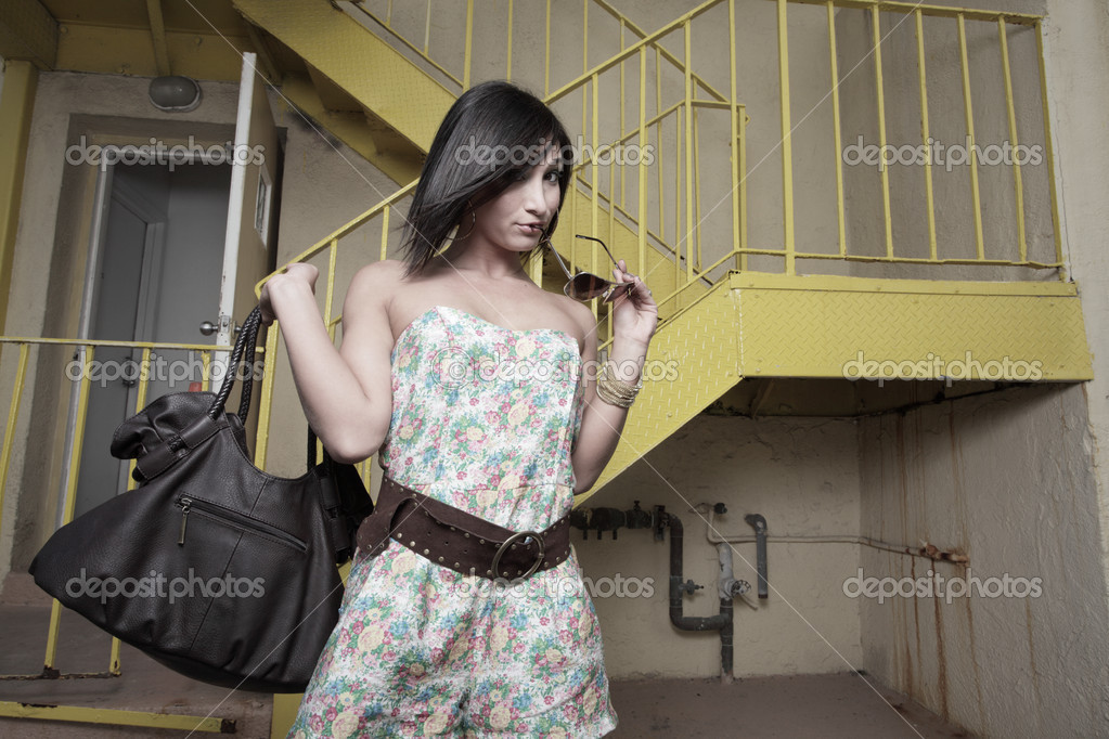 Young woman with a handbag and sunglasses — Stock Photo #2596410