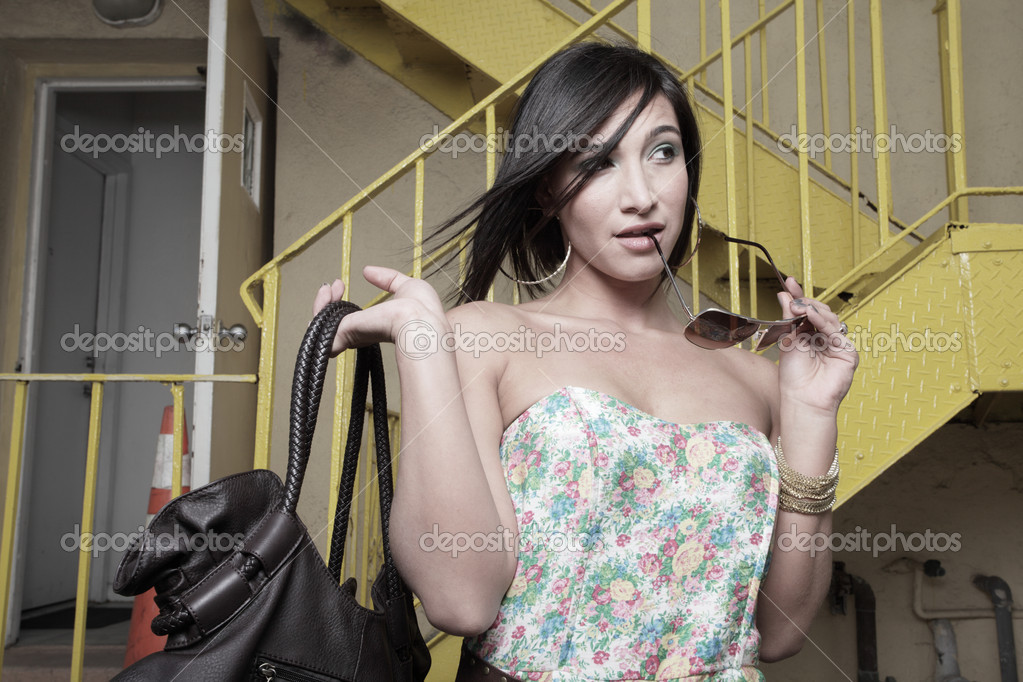 Young woman with a handbag and sunglasses — Stock Photo #2596425
