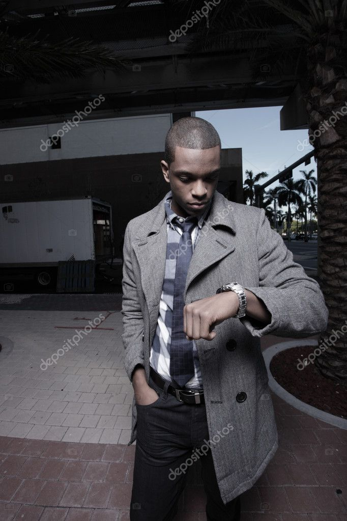 Young black man checking the time on his watch — Lizenzfreies Foto #2597057