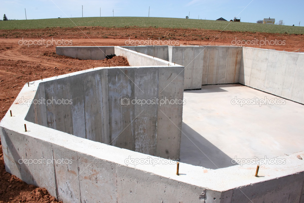 Некоторые строительные материалы подразумевают обустройство основательного фундамента, другие