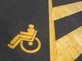 Funktionshindrade parkering skylt — Stockfoto