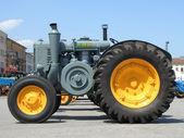 老黄灰色拖拉机 — 图库照片