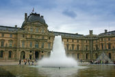 Louvre Museum fountain — Stock Photo