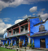Chinese blue mansion under cloudy sky — Stock Photo