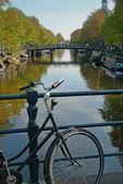 Bike und gracht in amsterdam — Stockfoto