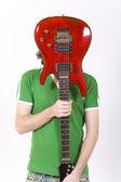 Hombre joven con una guitarra — Foto de Stock
