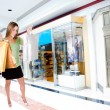 Woman shopping in mall — Stockfoto