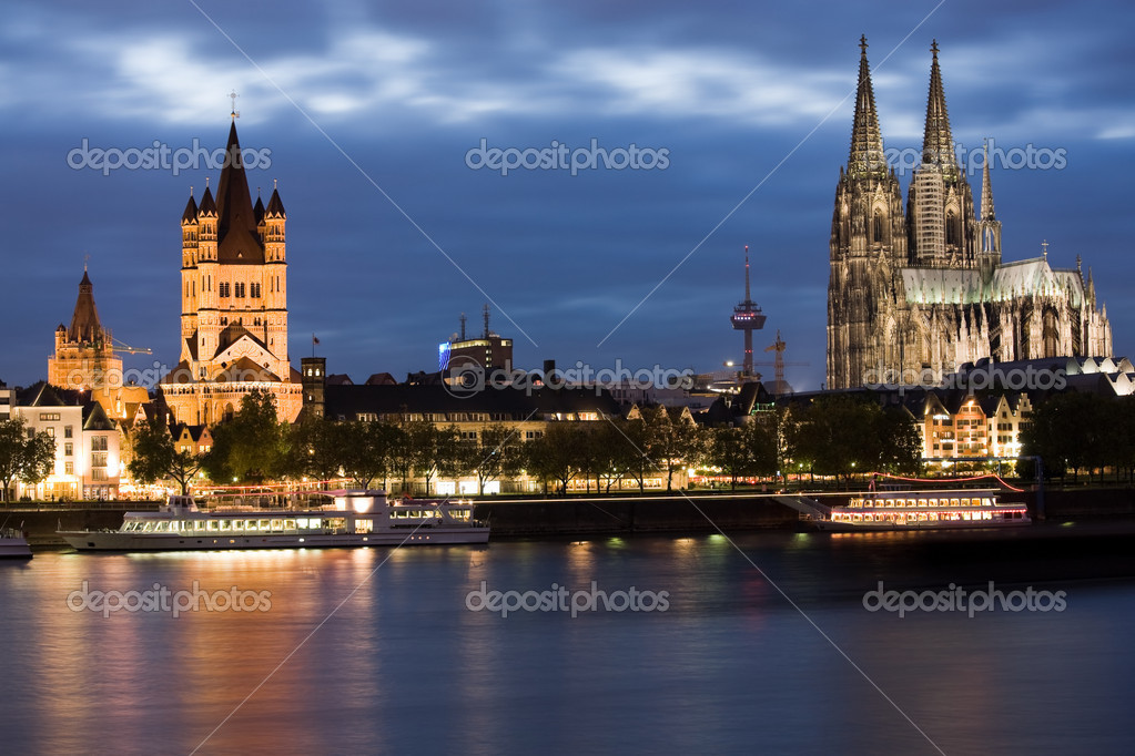 Dom and Great St. Martin church in Cologne at sunset lighting with reflection in river Rhine. — Stock Photo #2285958