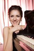 Donna che suona il pianoforte — Foto Stock