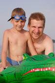 Vader en zoon met groene kunststof krokodil — Stockfoto
