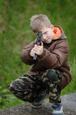 Child with gun — Stock Photo