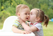 Children kissing — Stock Photo