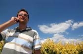 Jonge man met mobiele telefoon — Stockfoto