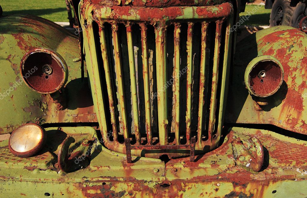 The front of an old rusty car — Stock Photo #2686896