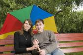Giovane coppia in un parco — Foto Stock