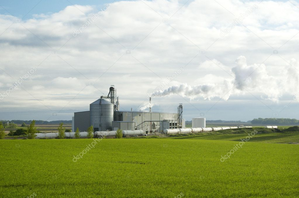 Ethanol production plant utilizing corn as a feed stock located in the middle of farm land in the Dakotas. — Stock Photo #2520625
