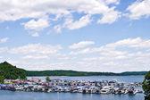 Case galleggianti presso un marina — Foto Stock