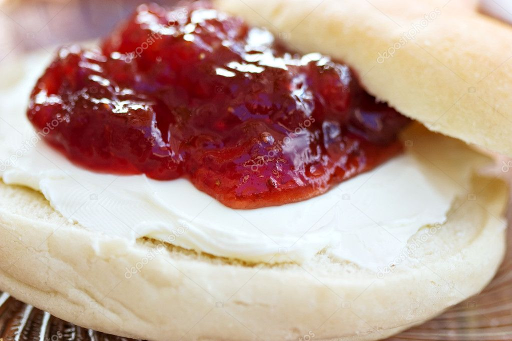 Macro of plain bagel with cream cheese and strawberry preserves  — Stock Photo #2607058