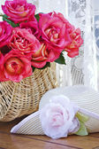 Roses and Sunhat — Stock Photo