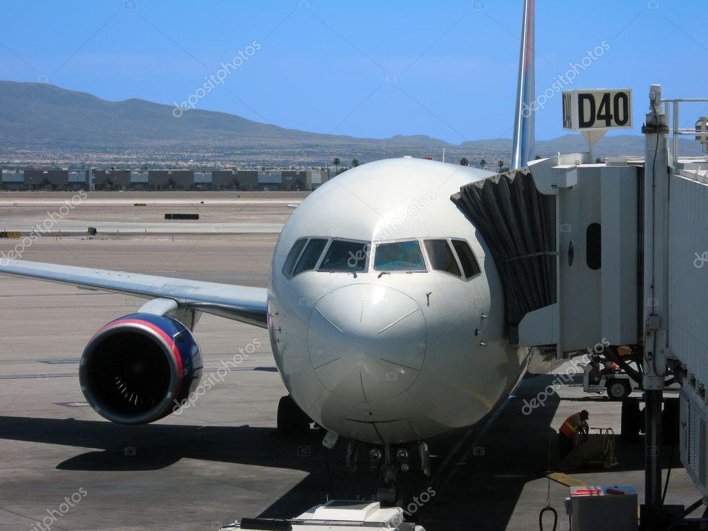 飞机停在门口在内华达州拉斯维加斯麦卡伦国际机场— photo by tank