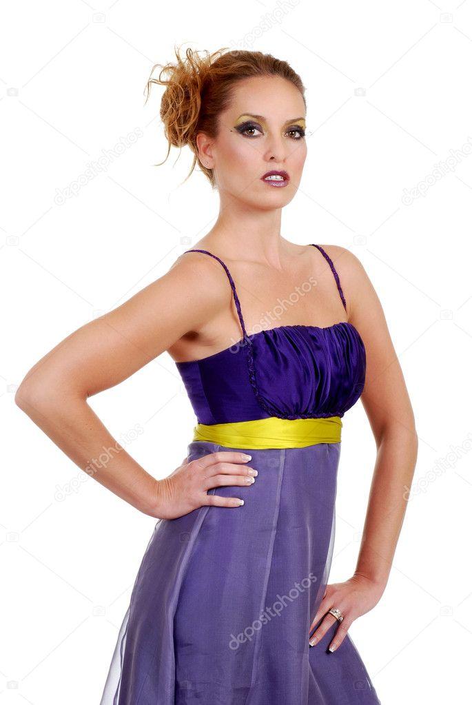 Красивая женщина, носить фиолетовый платье - Стоковое изображение.