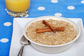 Cinnamon oatmeal with orange juice — Stock Photo