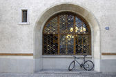 Bike and arched window — Stock Photo