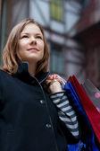 Młoda kobieta z przechowywać — Zdjęcie stockowe