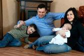 šťastná rodina na patře — Stock fotografie