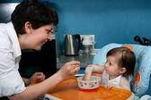妈妈和宝宝在厨房 — 图库照片