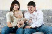 Glückliche Familie - Vater, Mutter und baby — Stockfoto