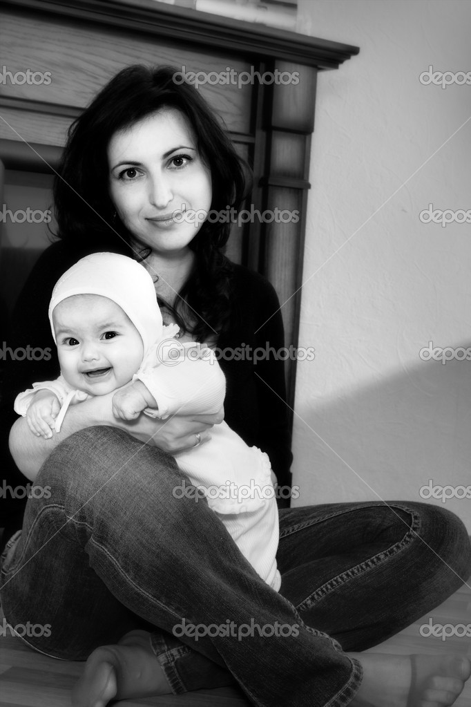 Happy family home: mother and baby girl — Stock Photo #2634882