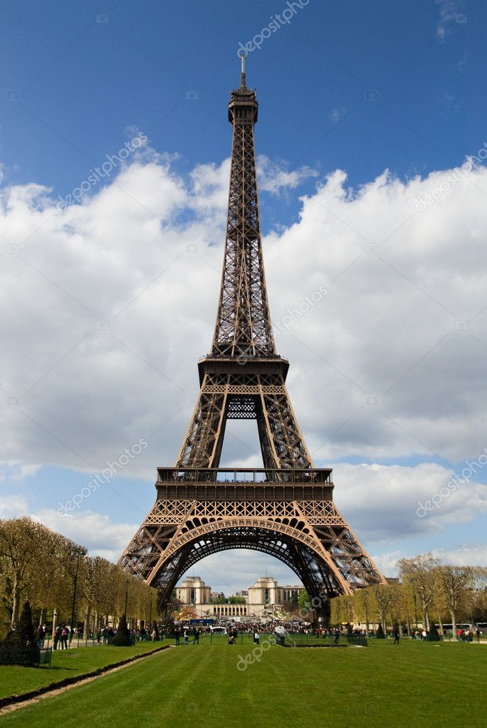 View at Eiffel Tower from the Champ de Mars (Field of Mars) — Stock Photo #2511823