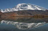 Muztagh Ata and Karakul Lake — Stock Photo