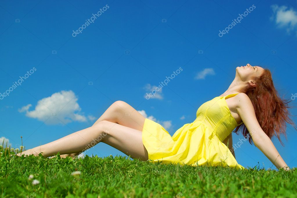 Beautiful lady in yellow dress relaxing in the park — Stock Photo #2434420