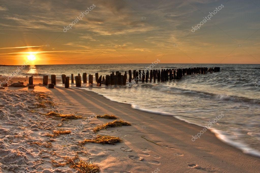 or coucher du soleil orange et rose sur un bord de mer vieux ponton photographie sdecoret. Black Bedroom Furniture Sets. Home Design Ideas