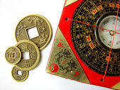 Feng shui compass and coins — Stock Photo